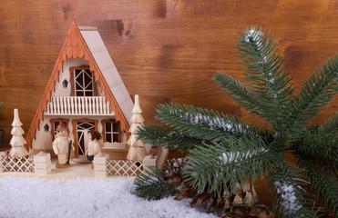 Traditionelles Lichterhaus aus dem Erzgebirge im Schnee