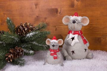 Weihnachten im Wald auf rustikalem Holzhintergrund
