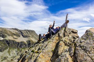Amici sdraiati in cima alla montagna
