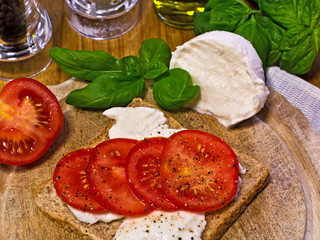 Mozzarella und Tomate auf Toast