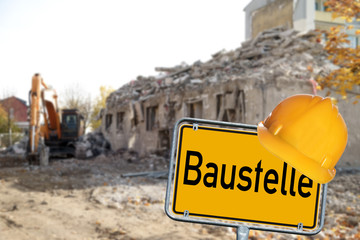 Abrisshaus mit Baustellenschild