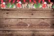Weihnachtsanhänger am Holzbrett