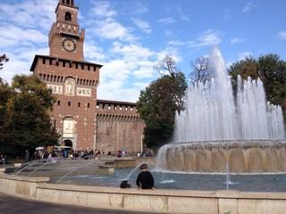 Bagno nella fontana del castello Sforzesco di Milano