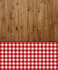 Holzhintergrund mit rot-weißem Tischdeckenmuster