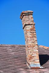 Schiefer Rauchfang auf einem Dach