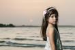 Linda niña con vestido blanco y rosa