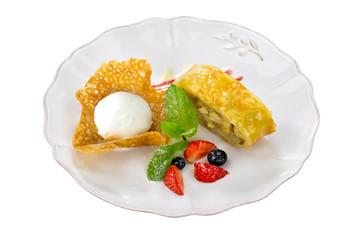 Тарелка со сладким десертом на белом фоне