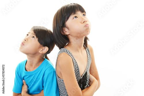 怒った表情の姉妹