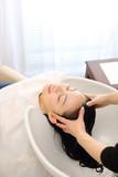 Fototapety シャンプー台で髪を洗う女性