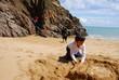 enfant jouant dans le sable