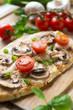 Pizzabrot mit Tomaten und Champignons