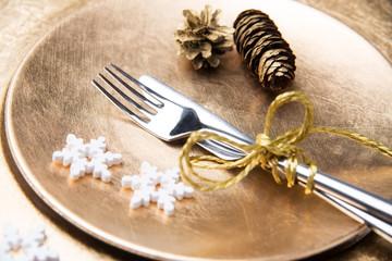 Besteck auf goldenen Tellern