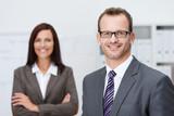 zwei erfolgreiche geschäftsleute im büro