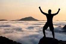 Man randonnée escalade silhouette dans les montagnes