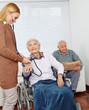 Pflegedienst misst Blutdruck bei Seniorin