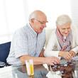 Paar Senioren löst Puzzle als Gedächtnistraining