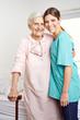 Altenpflegerin mit Seniorin im Altenheim