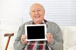 Senior hält Tablet Computer hoch