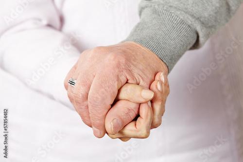 Zwei Senioren halten Hände