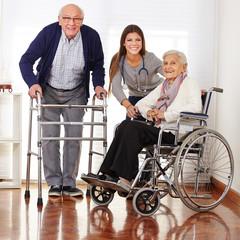 Altenpflegehelferin mit zwei Senioren
