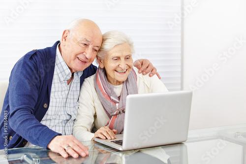 Senioren beim Online Shooping am Computer