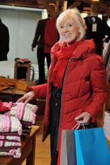 Attraktive Seniorin auf Einkaufstour