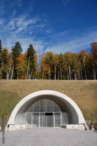 Foto op Canvas Tunnel Baustelle - Tunneleingang in reizvoller Herbstlandschaft