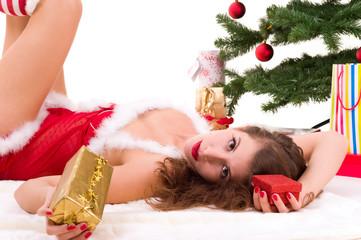 Junge hübsche Frau mit Weihnachtsgeschenken