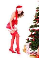 Junge Frau im Weihnachtskostüm