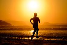 Femme courant sur beau coucher de soleil