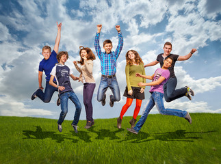 Groupe of jumping happy teenage friends