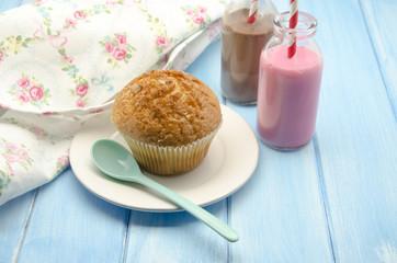 Muffins y leche con chocolate y fresa