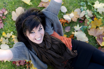 Attraktive Frau im Herbst