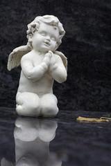 knieender Engel mit Flügel