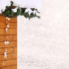 dekorierte skihütte im schnee