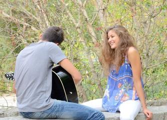 Jeune guitariste et jeune fille