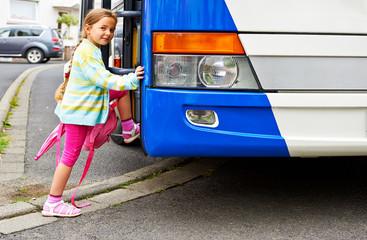Kind steigt in den Bus