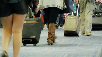 люди в аэропорту с сумками