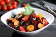 insalata di barbabietola carote e pomodoro sfondo grigio