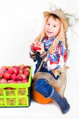 Fröhliche Vogelscheuce isst Äpfel