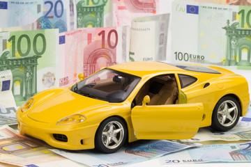 gelbes Auto mit Euroscheine