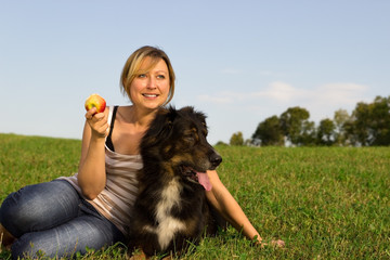 Frau mit Hund entspannt