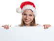 Lachende Frau mit Nikolausmütze hinter Werbetafel