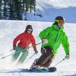 zwei Wintersportler auf der Piste