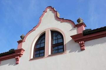 Fenster und Giebel eines alten Hauses