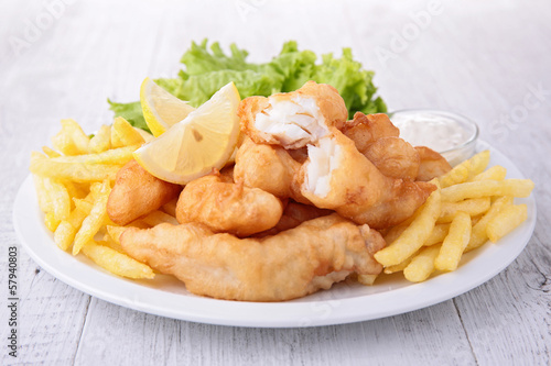 Fotobehang Restaurant fish and chips with salad and sauce