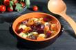 zuppa di barbabietole su sfondo grigio