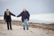 canvas print picture - älteres glückliches paar macht einen strand spaziergang