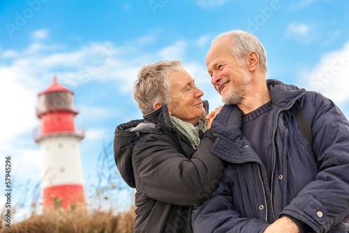 Leinwanddruck Bild älteres senioren paar gesund und glücklich an der ostsee