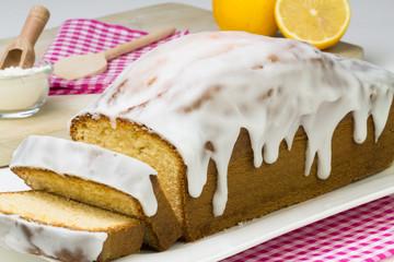 aufgeschnittener Zitronenkuchen